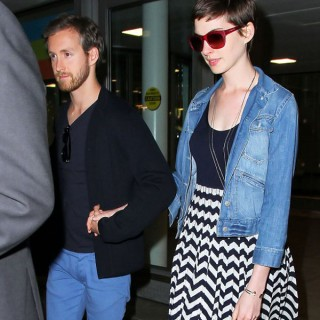 Anne Hathaway - pixie hairstyle airport NY