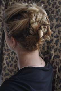http://www.hairromance.com/wp-content/uploads/image-import/_zwqX7NoiP9c/TM__hUwzXrI/AAAAAAAAAFE/qSd76PSRA2A/s1600/twistpin_005.JPG
