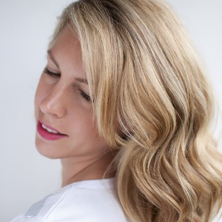 How to curl your hair to create soft, loose waves using H2D curling wand